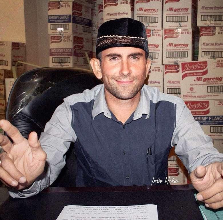 Begini kira-kira kalau Adam Levine tinggal di Indonesia dan alih profesi jadi juragan sembako. Ada ada aja ya! Foto: Instagram indra.hakim