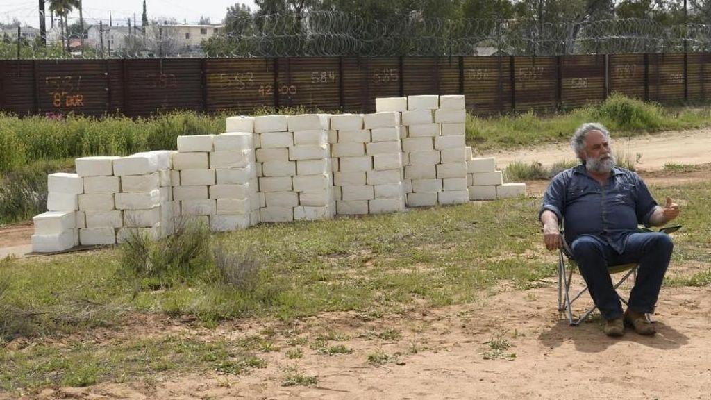 Seniman Pangan Ini Buat Dinding Perbatasan dari Keju Cotija