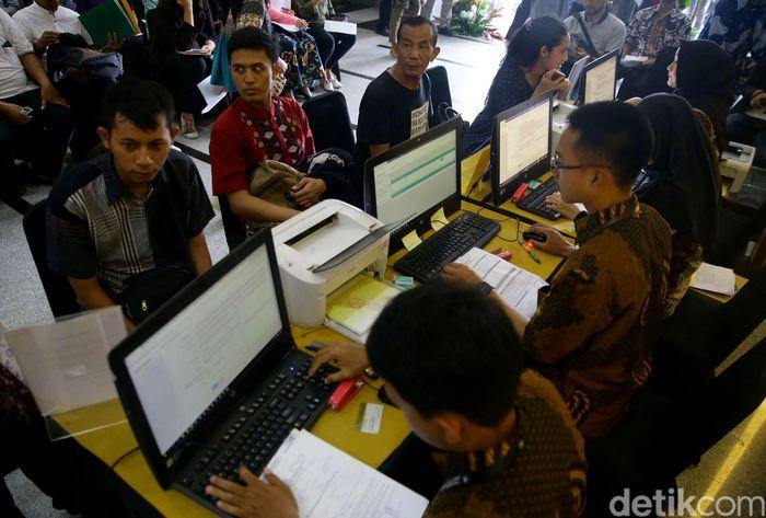 Warga berbondong-bondong memenuhi Kantor Pelayanan Pajak di Jakarta, untuk membayar surat pemberitahuan tahunan (SPT) pajak penghasilan (PPh), Jumat (29/3/2019).