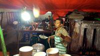Aksi Lempar Mie 2 Meter Bikin Kedai Mie Ayam Cak Uji Ini Ramai