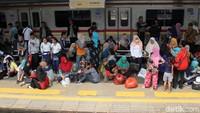 Tumpukan penumpang ini adalah efek dari gangguan kereta yang terjadi Jumat (29/3) siang di sekitar kawasan Petamburan.