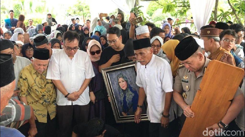 Usai Disalatkan, Dian Al Mahri Dimakamkan di Halaman Masjid Kubah Emas
