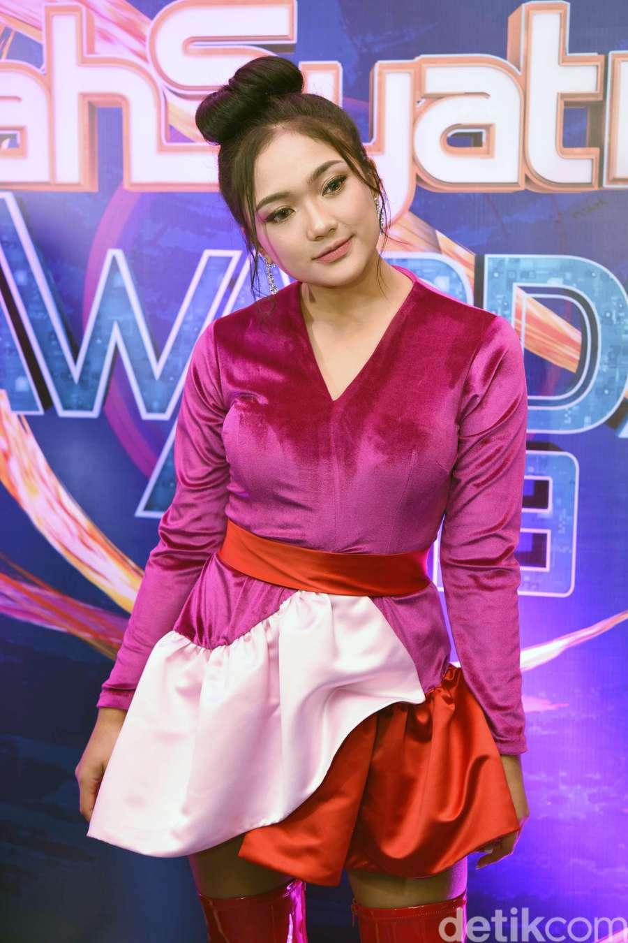 Cantik dan Manisnya Marion Jola dengan Busana Pink