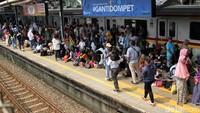 Para penumpang tampak memadati Stasiun Tanah Abang, Jakarta Pusat.