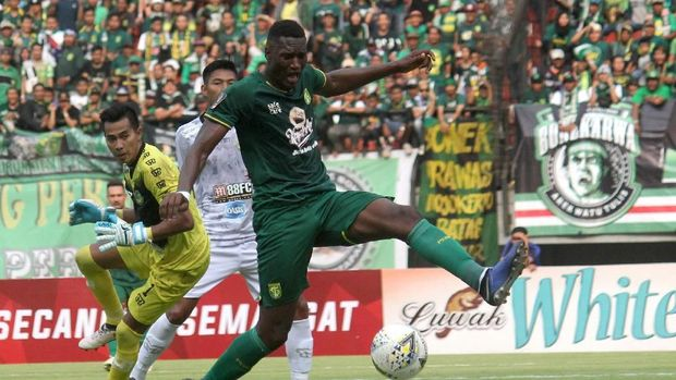 Duel Persebaya vs PS Tira sempat diwarnai kericuhan.