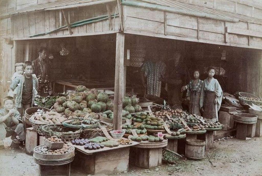 Suasana pasar di Jepang tahun 1880, lebih dari seabad silam. Proses pewarnaan foto hitam putih dilakukan dengan bantuan software. Foto: Vintages