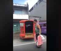 Malas Jalan, Pelayan Restoran Ini Antarkan Makanan Pakai Hoverboard