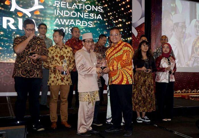 Direktur PR Indonesia, Frans Sutedjo (Kiri) menyerahkan penghargaan kepada VP Komunikasi Internal Pupuk Indonesia, M Tony Houston (Kanan) dalam ajang PR Indonesia Awards 2019. Foto: dok. Pupuk Indonesia