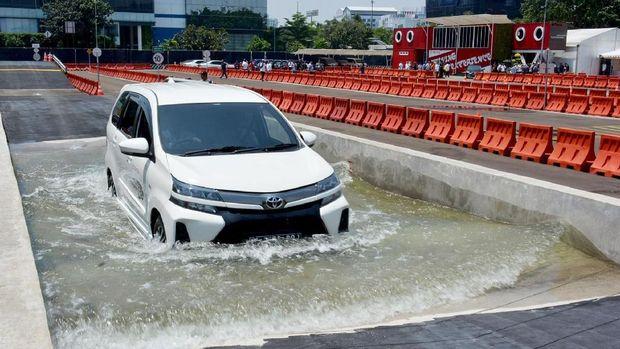 Toyota Avanza melintasi lintasan yang terisi air.