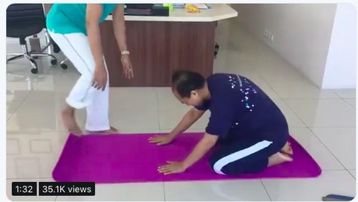 Sutopo bersiap melakukan child pose, salah satu pose yoga yang ramah untuk pemula (Foto: twitter)