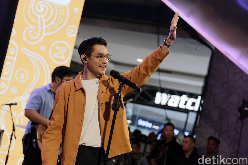 Afgan saat tampil di d'HOT Music Day 2019.