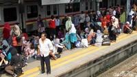 Kereta rel listrik yang mengalami gangguan di kawasan Petamburan merupakan KRL relasi Tanah Abang-Rangkasbitung.
