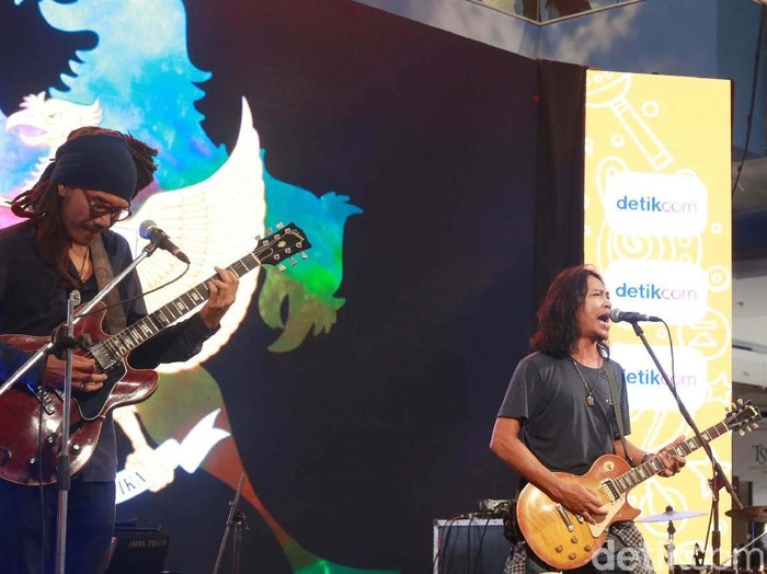 Navicula saat tampil di dhot music day 2019 di Bali.