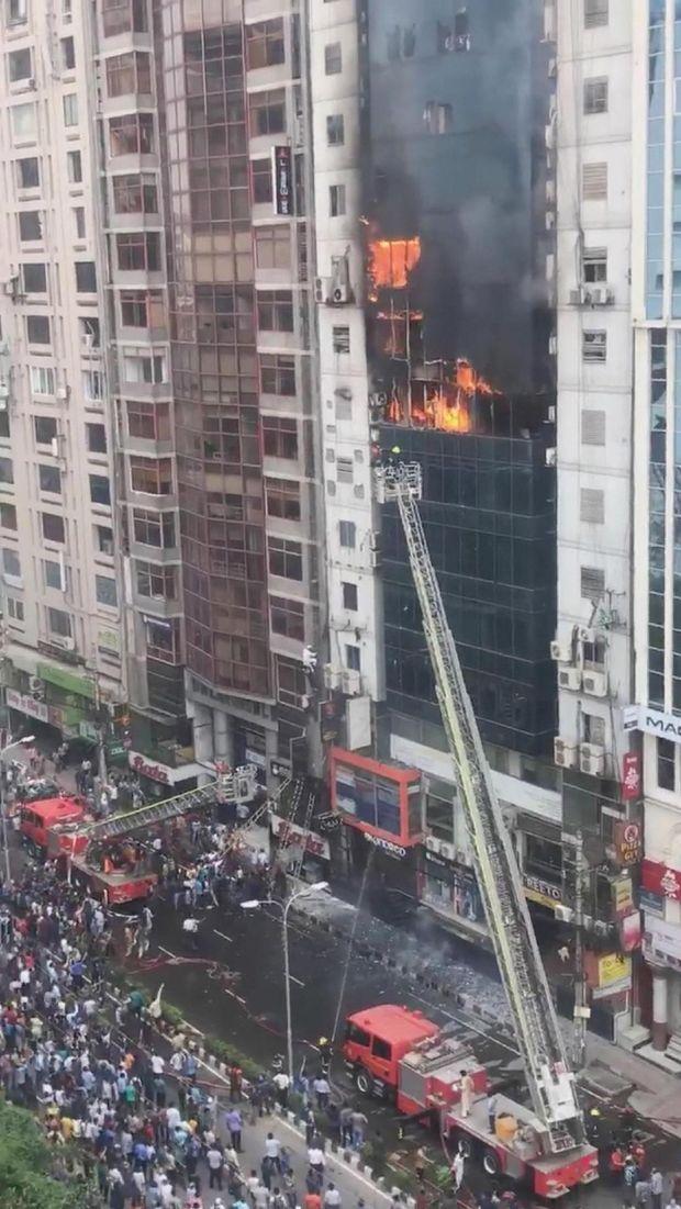 Kebakaran menghanguskan dedung 22 lantai di Dhaka