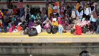 KRL yang tersedia di Stasiun pun terpaksa tak dapat beroperasi karena jalurnya terhambat.