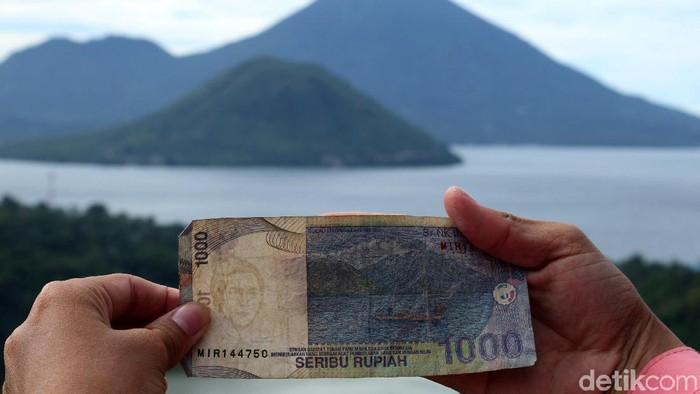 Lokasi untuk melihat pemandangan yang diabadikan menjadi lukisan di lembaran uang Rp 1.000 ada di Desa Fitu Ternate, Maluku Utara. Seperti ini nih keindahannya.