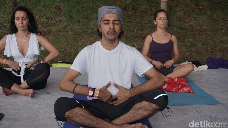 Qi flow yoga atau qi gong merupakan gerakan yoga yang berasal dari Cina. Dalam bahasa Cina, qi atau chi berarti energi dan gong adalah sesuatu yang melengkapinya. Foto: Khadijah Nur Azizah/detikHealth