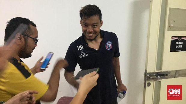 Hamka Hamzah menegur Aremania saat Arema menang atas Bhayangkara FC.