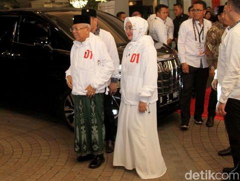 Gaya Wury Estu Handayani, istri Ma'ruf Amin, di debat capres ke-4..