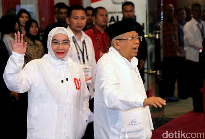 Wury Estu Handayani, istri Maruf Amin, memakai jaket hoodie berwarna putih dengan tulisan 01. Foto: Rifkianto Nugroho