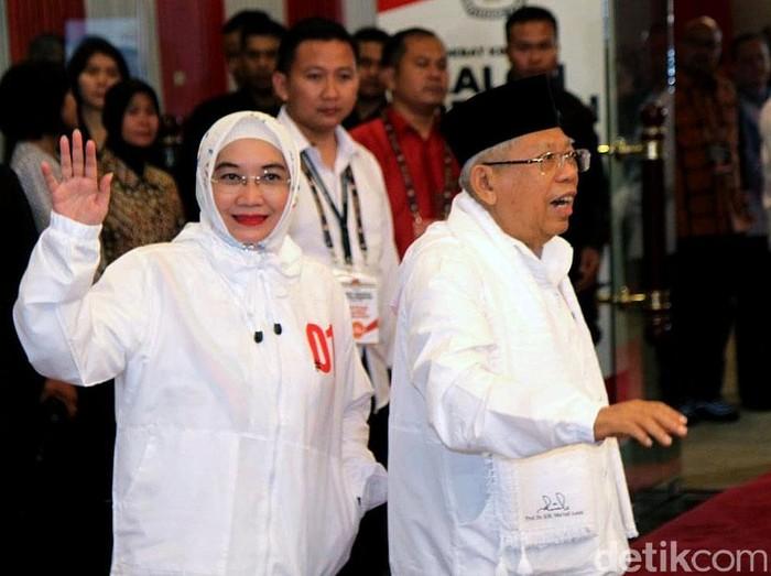 Gaya istri Maruf Amin pakai jaket 01. Foto: Rifkianto Nugroho