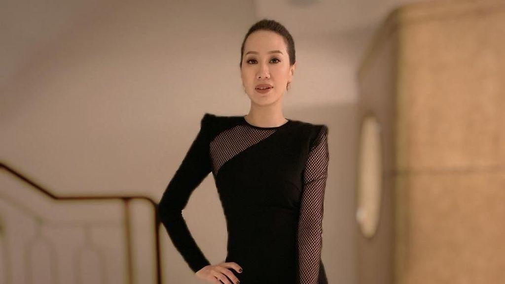 Gaya Glamor Istri Aktor Hong Kong yang Ngaku Diperlakukan Diskriminatif