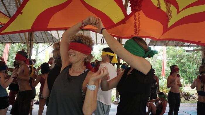 Blindfolded yoga juga memperlihatkan keindahan dari berkenalan dengan orang asing walau kita tidak melihat bagaimana rupa mereka. (Foto: Khadijah Nur Azizah/detikHealth)