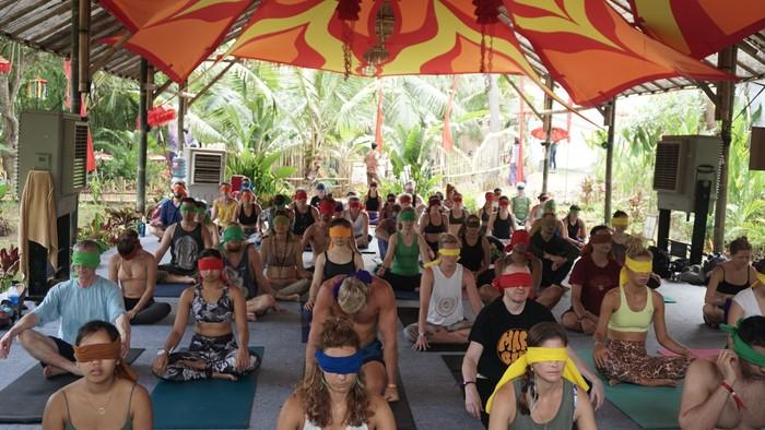 Ini adalah blindfolded yoga, teknik yoga sambil menutup mata. Meski mata tertutup, keamanan dan kenyamanan peserta dipastikan terjamin. (Foto: Khadijah Nur Azizah/detikHealth)