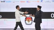 Jokowi Bicara Hoax di Ngawi, Prabowo Terima Sumbangan di Padang