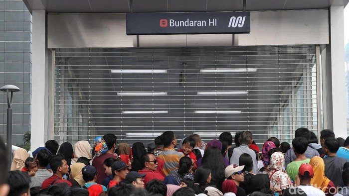 Antrean Warga Jajal MRT Menumpuk di Stasiun Bundaran HI. (Foto: Pradita Utama)