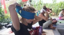 Sensasi yoga dengan menutup mata, emosi lebih tercurahkan dan merasa hidup. Blindfolded yoga dijamin bikin kamu sukses meluapkan semua perasaan terpendam.