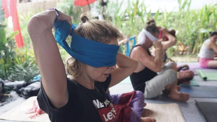 Sesuai namanya, blindfolded yoga dilakukan dengan penutup mata (Foto: Khadijah Nur Azizah/detikHealth)