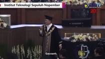 Mantap! Aksi Rektor ITS Nyanyikan Lagu Selow di Acara Wisuda