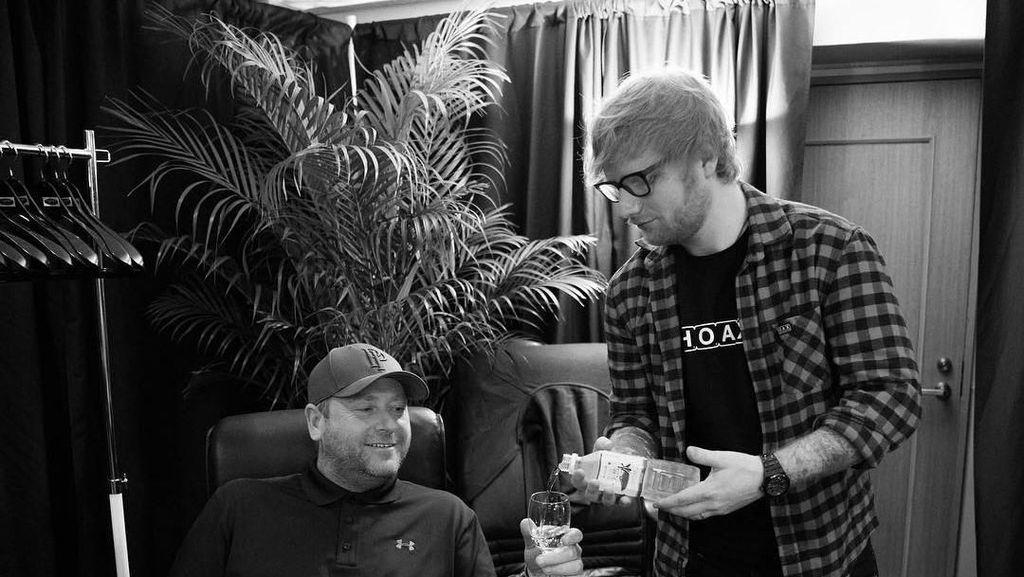 Momen Seru dan Lucu Saat Ed Sheeran Kulineran Bareng Pengawal Kesayangannya