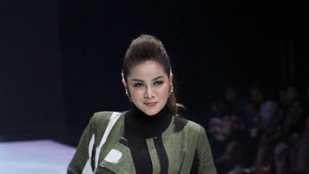 Lenggak Lenggok Olla Ramlan hingga Natasha Rizki di Catwalk IFW 2019