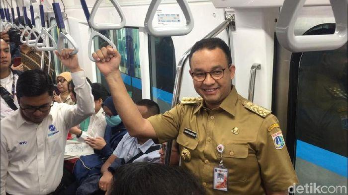 Foto: Anies Baswedan naik MRT (Muhammad Fida Ul Haq/detikcom)