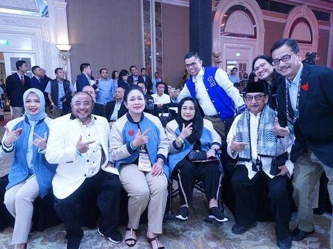 Nur Asia Uno saat pakai jaket karya Didit Hediprasetyo di debat capres keempat.