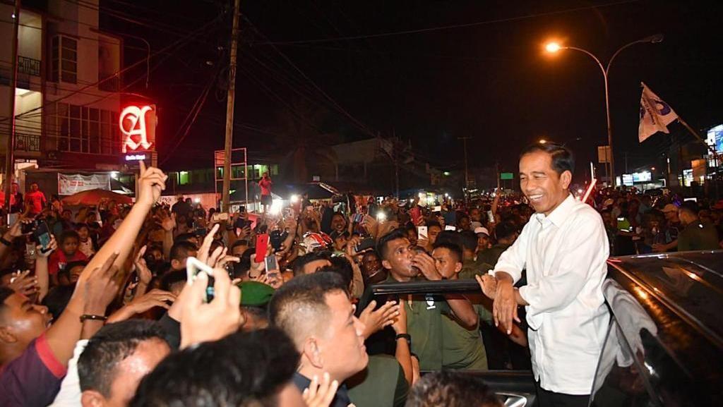 Tiba di Sorong, Jokowi Diserbu Warga Saat Keluar dari Bandara