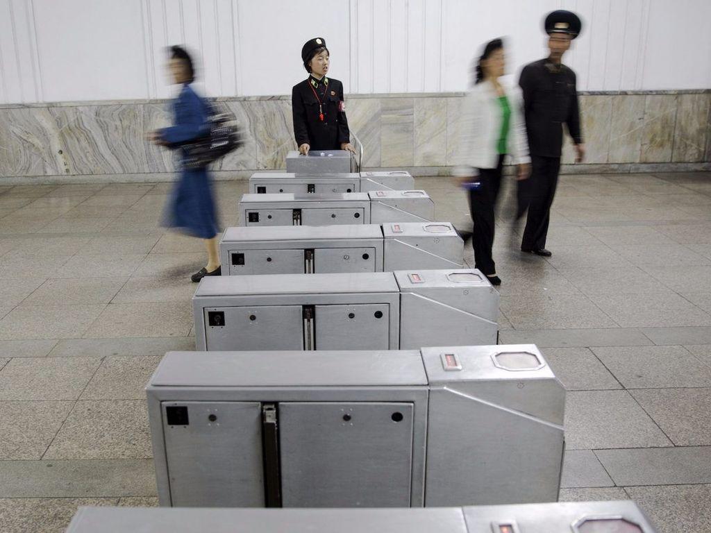 Halte Metro pyongyang menjadi salah satu halte kereta bawah tanah terdalam di dunia hingga 110 meter. (Foto: Reuters)