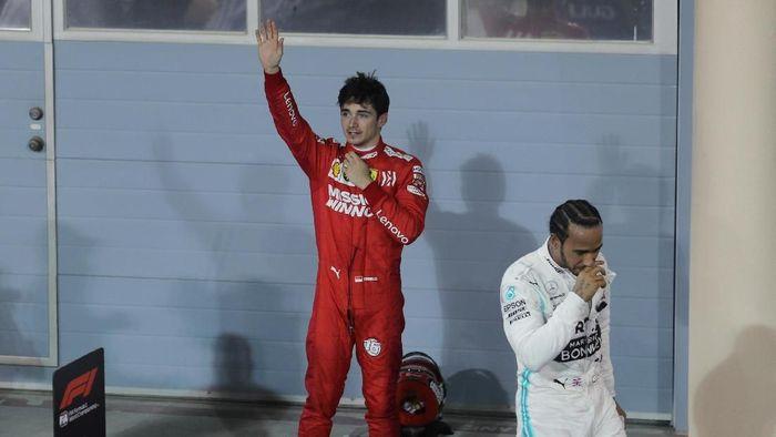 Pebalap Ferrari, Charles Leclerc, saat satu podium dengan Lewis Hamilton. (Foto: Hamad I Mohammed/Reuters)