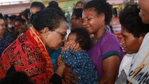 7 Momen Haru Yohana Yembise Pulihkan Trauma Korban Banjir Sentani
