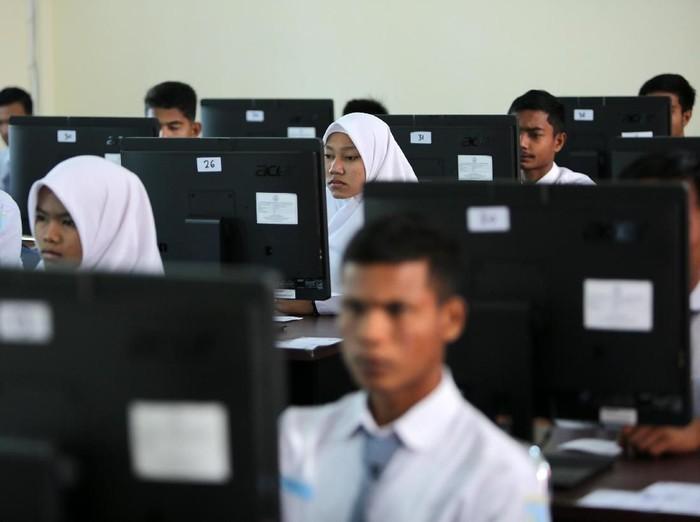 Siswa-siswa SMA, Madrasah Aliyah, dan Sekolah Menegah Analisis Kimia (SMAK) menjalani Ujian Nasional Berbasis Komptensi atau UNBK 2018. Yuk lihat.