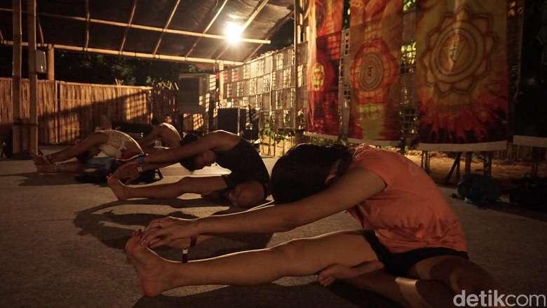 Siapa bilang yoga harus dengan musik yang tenang? Kelas ini bahkan pakai musik metal lho. (Foto: Khadijah Nur Azizah/detikHealth)