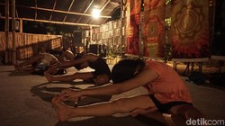 Kalau selama ini yoga pakai musik yang tenang, tidak dengan black metal yoga. Gerakannya juga lebih menantang. Selamat ber-namaslay!