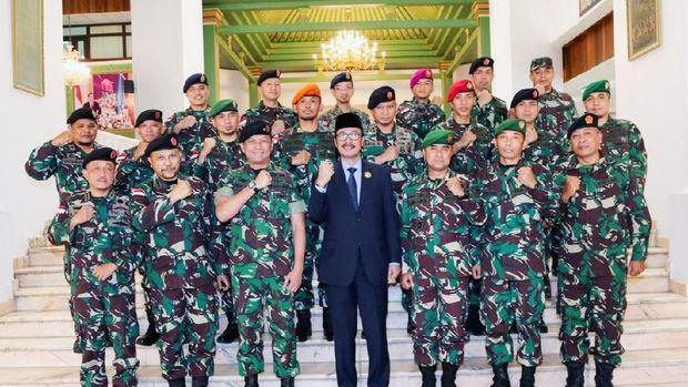 Dubes RI untuk Saudi Agus Maftuh Abegebriel bersama TNI yang sedang pelatihan kontra-terorisme di Riyadh.