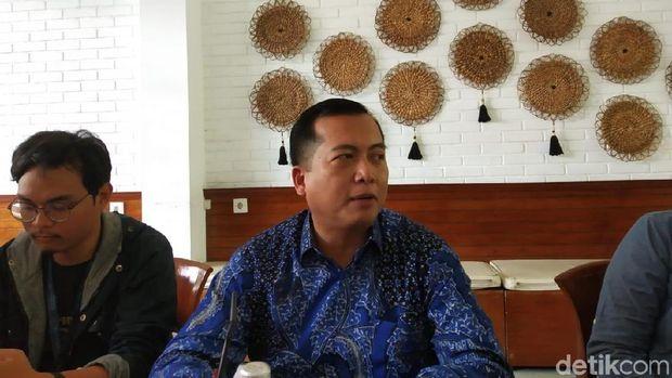 Direktur Perlindungan WNI Kemlu Lalu M Iqbal (batik biru).