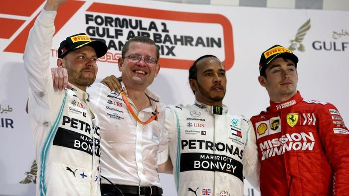 Meski jadi juara di F1 GP Bahrain, Lewis Hamilton belum mampu menggusur Valtteri Bottas dari posisi teratas klasemen ( Charles Coates/Getty Images)