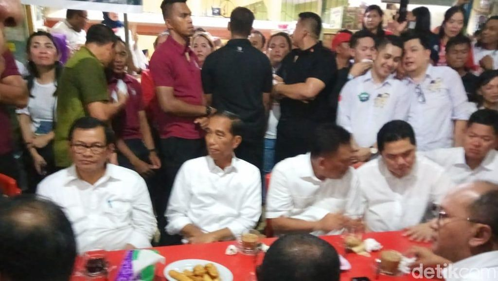 Warga Penuhi Jalanan di Manado Sambut Kedatangan Jokowi