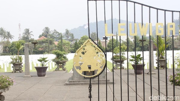 Gerbang hitam dengan lambang Groot Rijkswapen atau Lambang Agung Kerajaan Belanda yang berwarna emas berdiri kokoh di depan makam. Di atasnya tertulis Ereveld Leuwigajah dengan warna yang sama. (Yudha Maulana/detikcom)