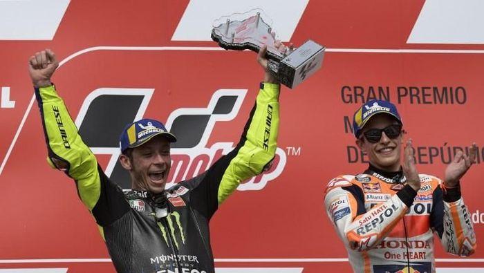 Valentino Rossi dan Marc Marquez berpesta di podium juara MotoGP Argentina. Keduanya sempat berjabat tangan usai race.